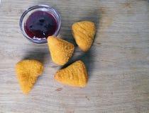 Frittiertes Lebensmittel - einige gebratene Snäcke mit Soße Lizenzfreie Stockfotografie