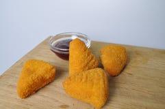 Frittiertes Lebensmittel - einige gebratene Snäcke mit Soße Lizenzfreie Stockbilder