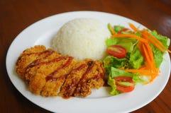 Frittiertes Schweinefleisch mit Reis und Salat Stockfotos