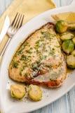 Fritto di dorado filetto di pesce con la verdura fotografie stock