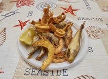 Fritto di paranza, блюдо сортированной малой зажаренной рыбы Стоковое Изображение