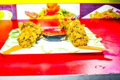 Frittura del pollo con il souce del colorfull immagini stock