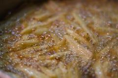 Frittura delle patate in olio d'oliva vergine immagine stock