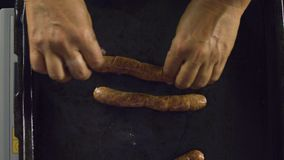 Frittura delle salsiccie stock footage