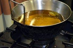 Frittura delle verdure avariate in olio caldo Fotografie Stock