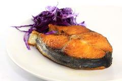 Frittura di pesci con cavolo rosso fotografie stock libere da diritti