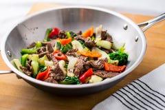 Frittura di scalpore del manzo in un wok fotografie stock