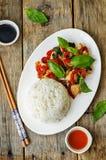 Frittura di scalpore del pollo del pepe del basilico con riso Fotografia Stock Libera da Diritti