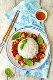 Frittura di scalpore del pollo del pepe del basilico con riso Immagini Stock Libere da Diritti