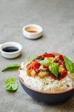 Frittura di scalpore del pollo del pepe del basilico con riso Immagine Stock Libera da Diritti