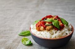Frittura di scalpore del pollo del pepe del basilico con riso Fotografie Stock