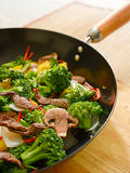 Frittura di stir del Wok con manzo e le verdure Immagini Stock Libere da Diritti