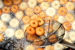 Frittura nel grasso bollente del vada di medu nella pentola Medu Vada è uno spuntino saporito dall'India del sud, alimento molto  Fotografie Stock
