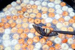 Frittura nel grasso bollente del vada di medu nella pentola Medu Vada è uno spuntino saporito dall'India del sud, alimento molto  fotografia stock libera da diritti