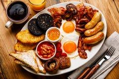 Frittura piena sulla prima colazione inglese con le uova fritte, salsiccie, bacon immagini stock