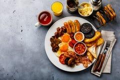Frittura piena sulla prima colazione inglese con le uova fritte, salsiccie, bacon fotografia stock