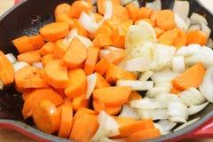Fritura da cebola e das cenouras Imagem de Stock