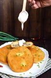 Fritura de las empanadas con la carne en una placa blanca con crema agria Fotografía de archivo libre de regalías