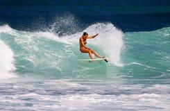 Friture d'Anna de fille de surfer surfant au point rocheux images stock