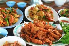 Friture de crevette rose et toutes les nourritures photographie stock