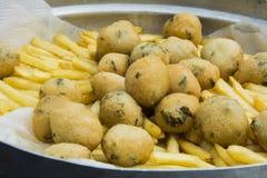 Friture des pommes de terre et des butées toriques Photo libre de droits