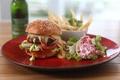 fritures d'hamburger avec des salades Images libres de droits