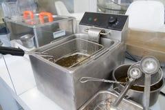 Frituurpan op restaurantkeuken Stock Foto