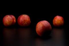 Friut de la nectarina en fondo aislado oscuridad Imagen de archivo