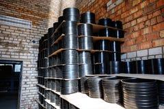 Frizione della corteccia Adattandosi per i tubi di plastica impilati scandagliare di un uso dell'iarda del magazzino o nelle inst Fotografia Stock Libera da Diritti