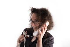 Frizzy с волосами девушка держа телефон и усмехаться Стоковые Фото