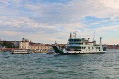 Färja Metamauco och motoriska fartyg i Grand Canal i Venedig Royaltyfria Foton