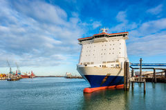 Färja som anslutas i den Rotterdam hamnen Royaltyfri Foto