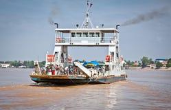 Färja över Mekongen, i Neak Leung, Cambodja Arkivbild