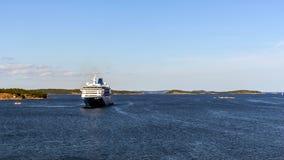 Färjan att närma sig porten av Nynashamn Arkivbilder