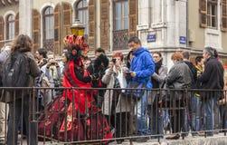 Förklädd person i folkmassan Fotografering för Bildbyråer