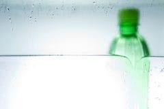 Förkylning buteljerat vatten Arkivbild