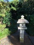 Förlagematare för fågel för pagod för stenkinesträdgård Royaltyfri Fotografi