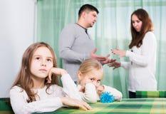 Föräldrar och barn efter grälar Arkivbild