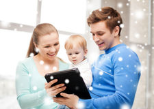 Föräldrar och förtjusande behandla som ett barn med minnestavlaPC Royaltyfri Bild