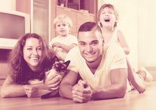 Föräldrar och två döttrar med Siamese Royaltyfri Bild