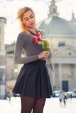 Förälskad ung flicka Blond tonåring med rosor i hand Arkivbilder