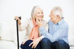 Förälskade gamla höga par Arkivfoton
