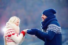 Förälskade glade par ha gyckel i vinter Arkivfoto