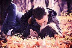 Förälskade kyssande unga par Arkivfoton