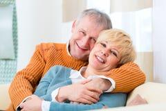 Förälskade pensionärer hemma fortfarande trots allt de år Fotografering för Bildbyråer