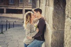 Förälskat kyssa för härliga par på gatagränden som firar valentindag Arkivbild