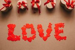 Förälskelse från hjärtor och stilfulla gåvor med röda band Arkivbild