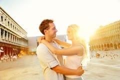Förälskelse - romantiskt par i Venedig, piazza San Marco Royaltyfria Foton