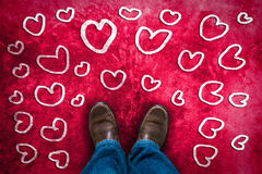 Förälskelsebegrepp med bruna läderskor Arkivfoto