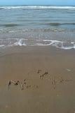 Förälskelsemeddelande på stranden Arkivbilder